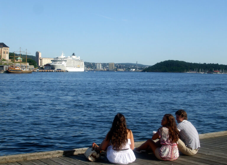 People watching out over Pipervika from Aker Brygge, Oslo