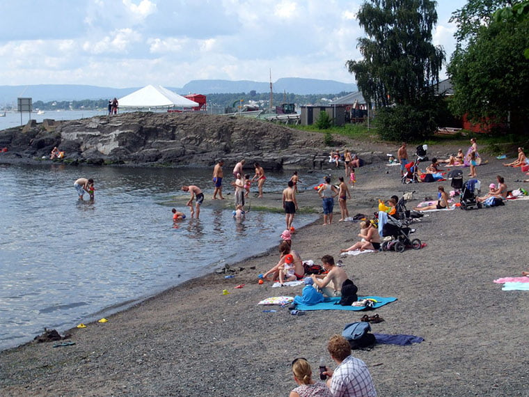 Busy beach on Hovedøya