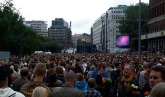 Crowds gather for the Oslo memorial service at Rådhusplassen