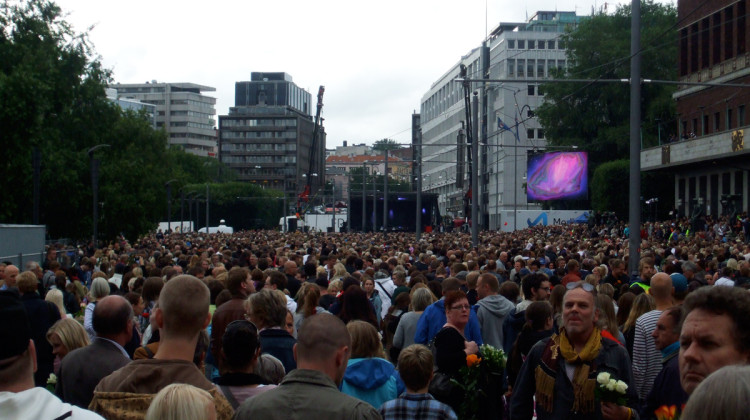 Crowds gather for the Oslo memorial service at Rådhusplassen
