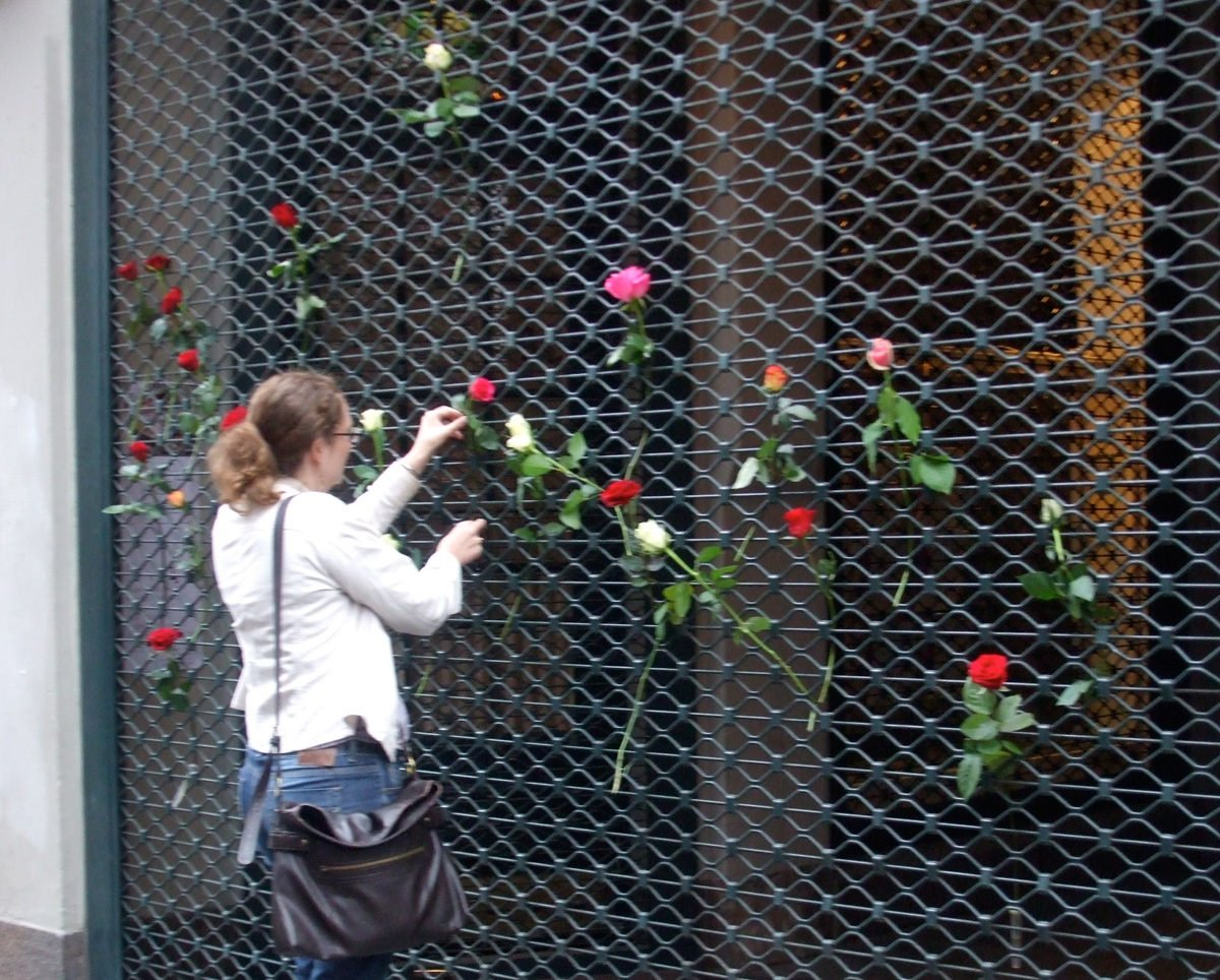 Remembering the dead in Oslo with roses