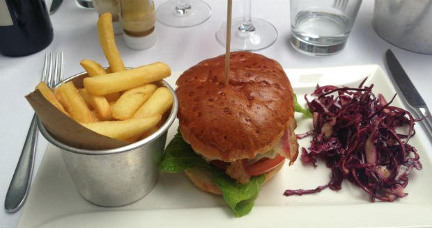 Burger, chips, red cabbage