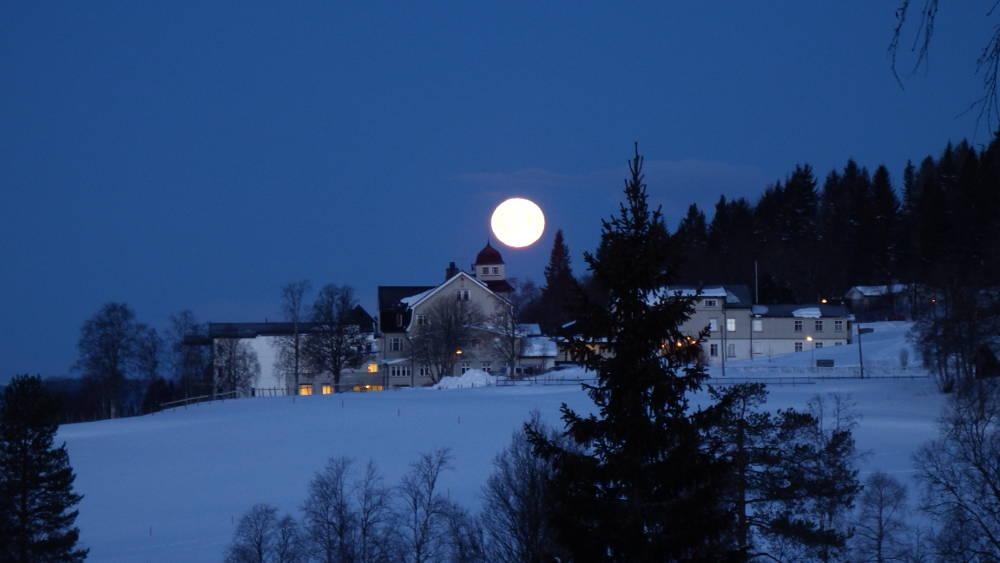 Full moon over Landåsen at around 5.30am.