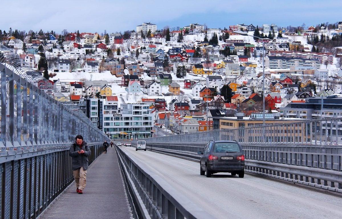 Pedestrians on Tromsø bridge