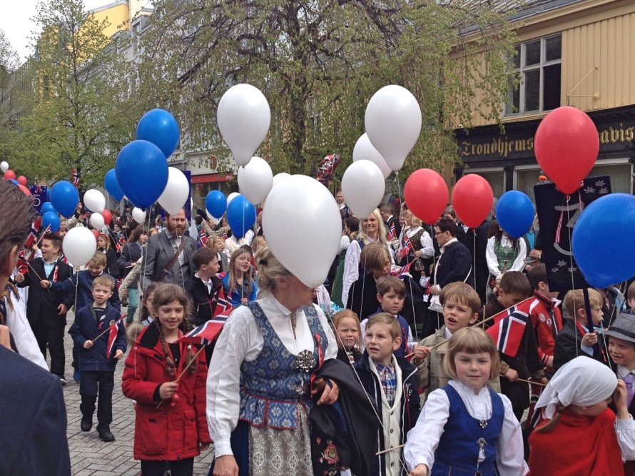 Children holding balloons on syttende mai