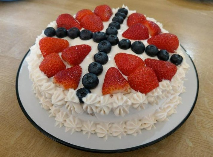 Bløtkake with a fruit decoration of the Norway flag