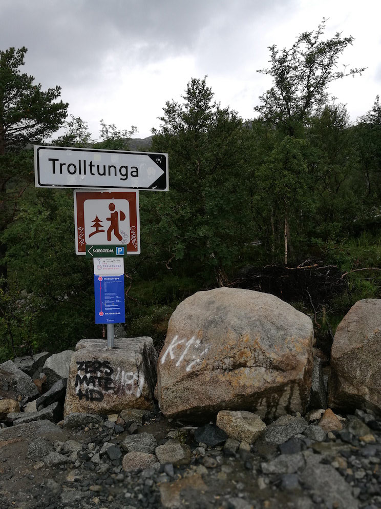 Trolltunga hiking sign