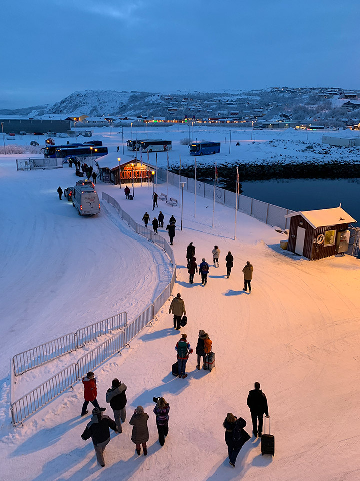 Guests leaving the MS Vesterålen at Kirkenes