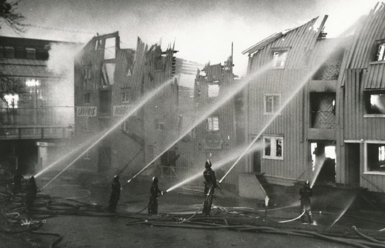 Trondheim's Kjøppmannsgata burns in 1983.