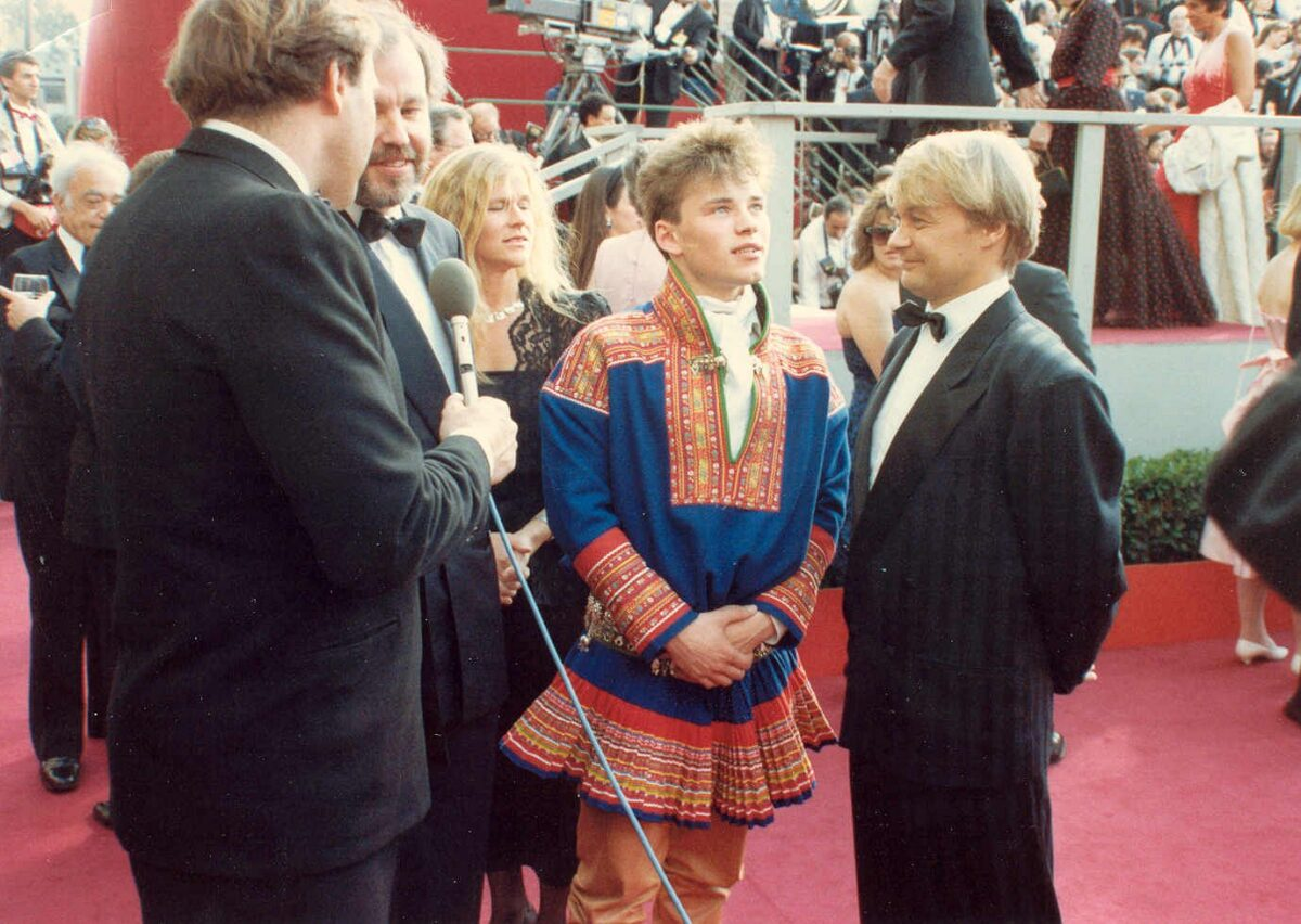 Mikkel Gaup (in traditional costume) and Nils Gaup (right) at the 60th Annual Academy Awards in 1988