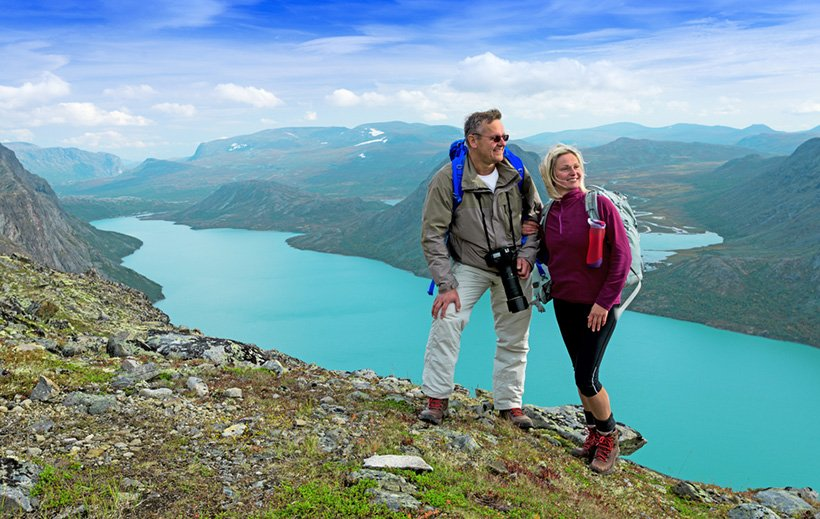 A happy couple hiking in the Norwegian mountains