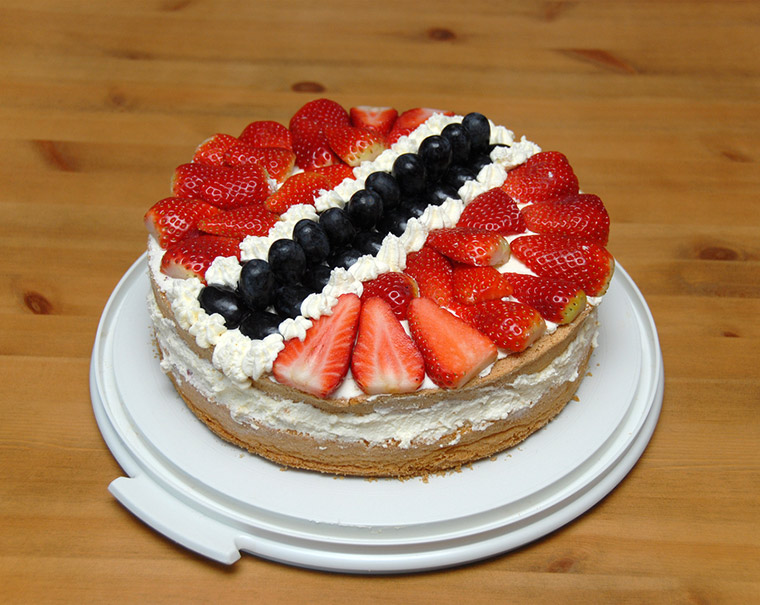 Cake with Norwegian flag decoration