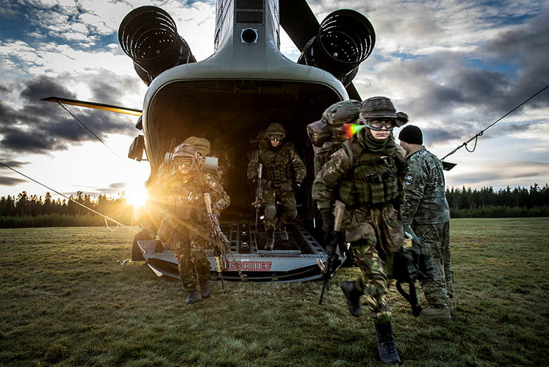 Dutch soldiers of the 45e PantserInfanterie Batalijon practice together with American soldiers and their Chinook helikopters in tactical procedures.