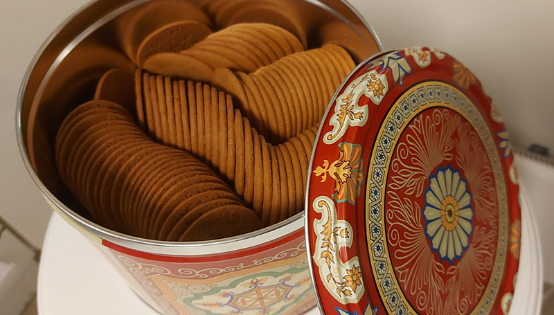 Full tin of Norwegian pepperkaker