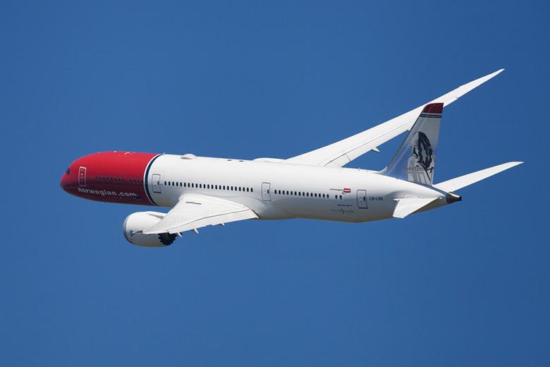 Norwegian Air Dreamliner banking in the air