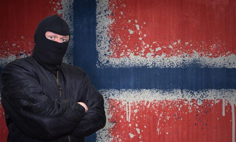 Criminal standing in front of the Norwegian flag