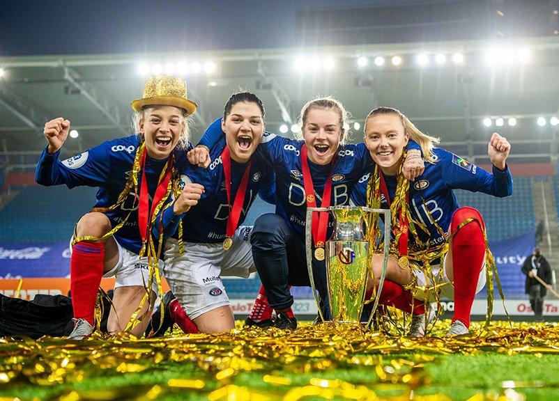 Vålerenga women's football players celebrate