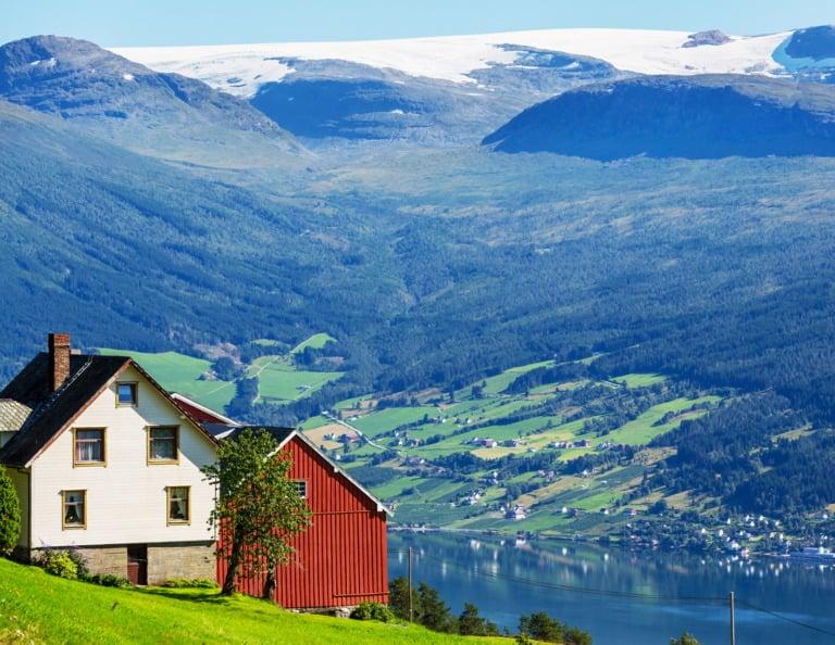 Landlige norske hus i en åsside.