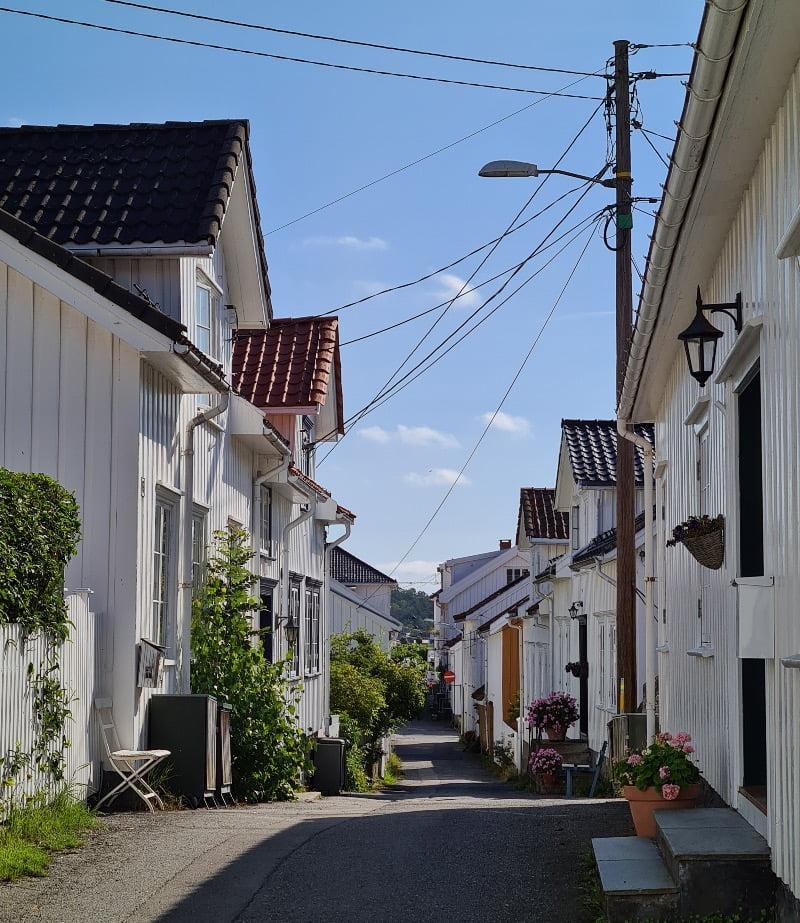 Gaten med hvite, norske trehus.
