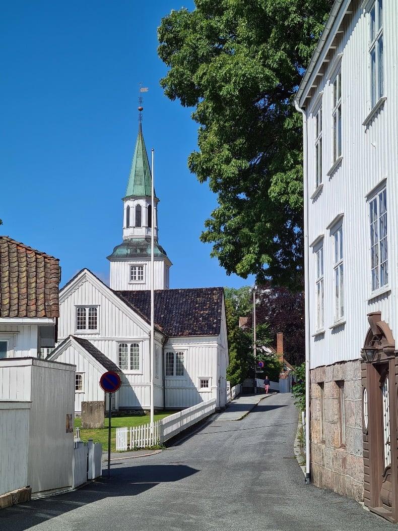 Vakker gate med hvite trebygninger i stigerøret