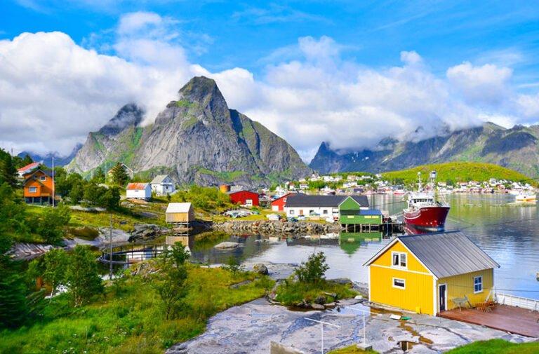 Yellow house on the coastline of Reine, Norway. Photo: Suratwadee Rattanajarupak / Shutterstock.com